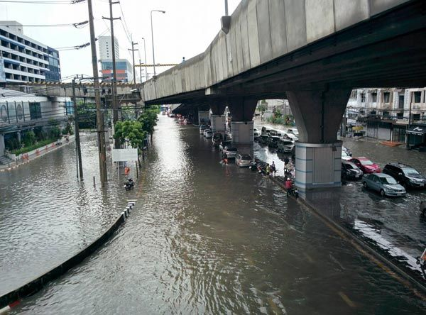 Underwater City: Bangkok flooded, traffic paralyzed, cars given out on us